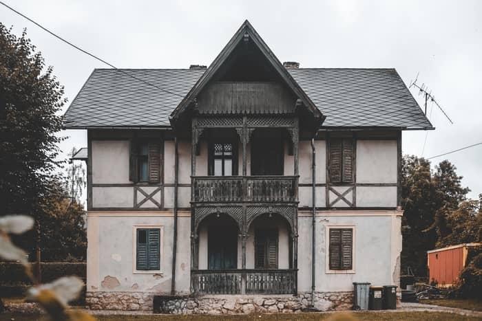 Casa velha sendo construída