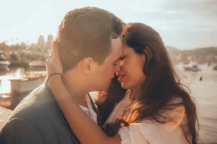 Sonhar beijando uma prima na boca