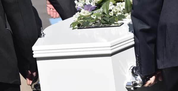 Sonhar com pessoa morta dentro do caixão
