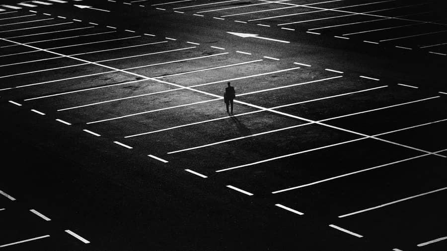 Sonhar com estacionamento