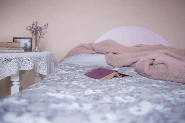 Cama com cobertor em cima