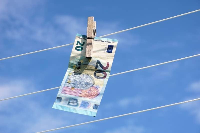 Sonhar com dinheiro molhado