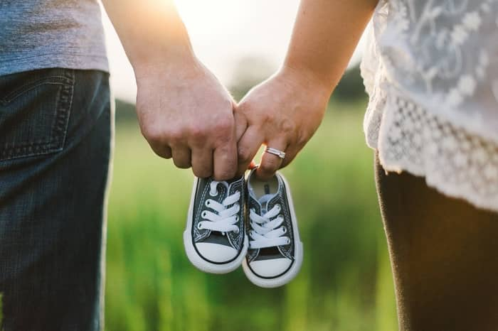 Sonhar com muitos sapatos de bebê juntos