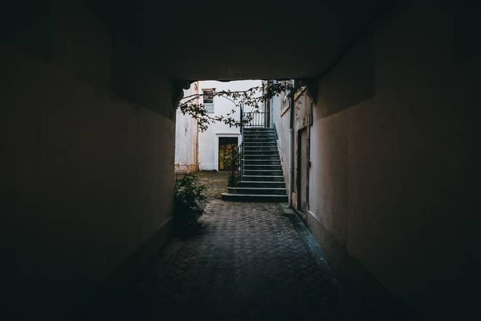 Sonhar com lugar desconhecido e pessoas desconhecidas