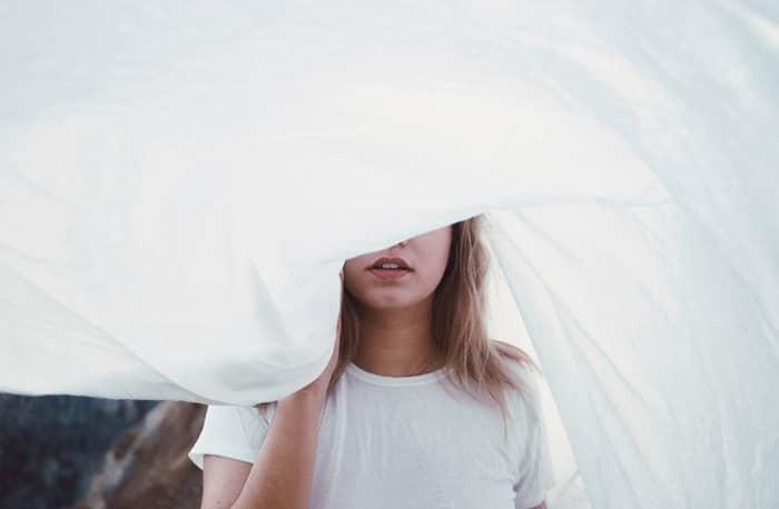Mulher que não conheço vestida de branco