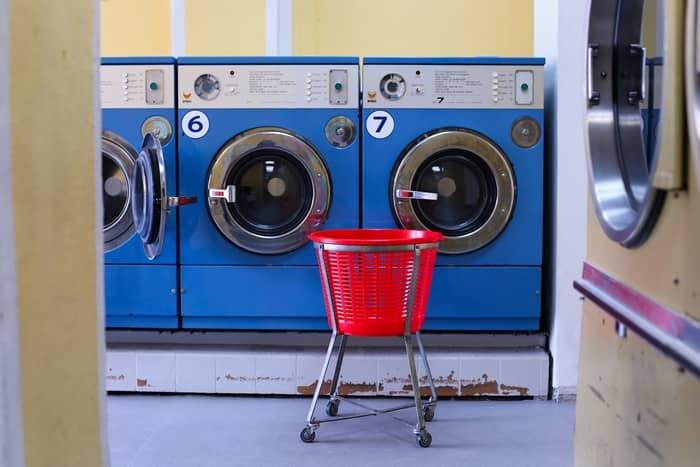 Roupa na máquina de lavar