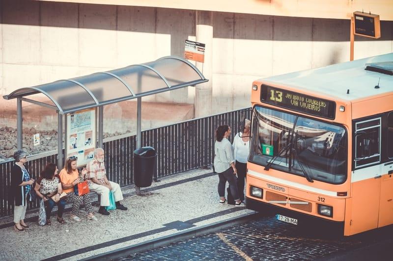 Sonhar com embarque de ônibus